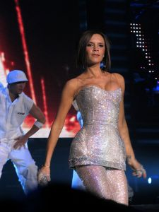 800px-Victoria_Beckham_and_the_Spice_Girls_in_Las_Vegas_2007
